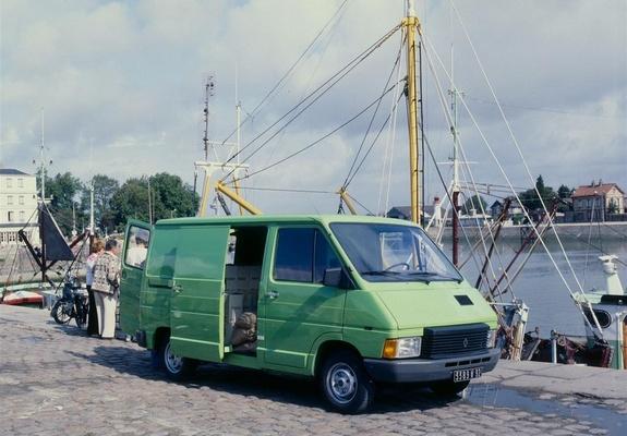 1971008f393af7 The Motoring World  Renault Trafic van achieves 200