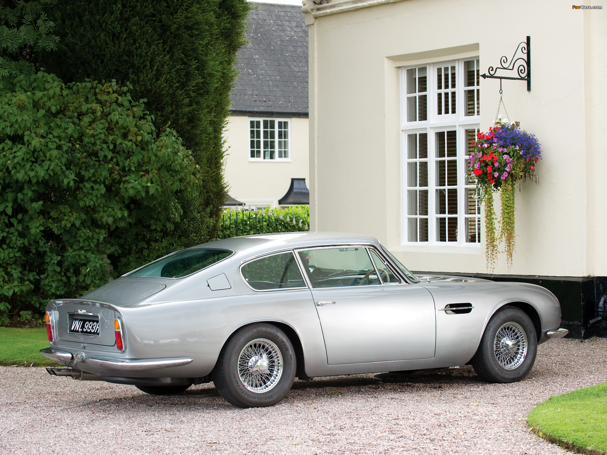 Photos of Aston Martin DB6 Vantage UK-spec (1965–1970) (2048 x 1536)
