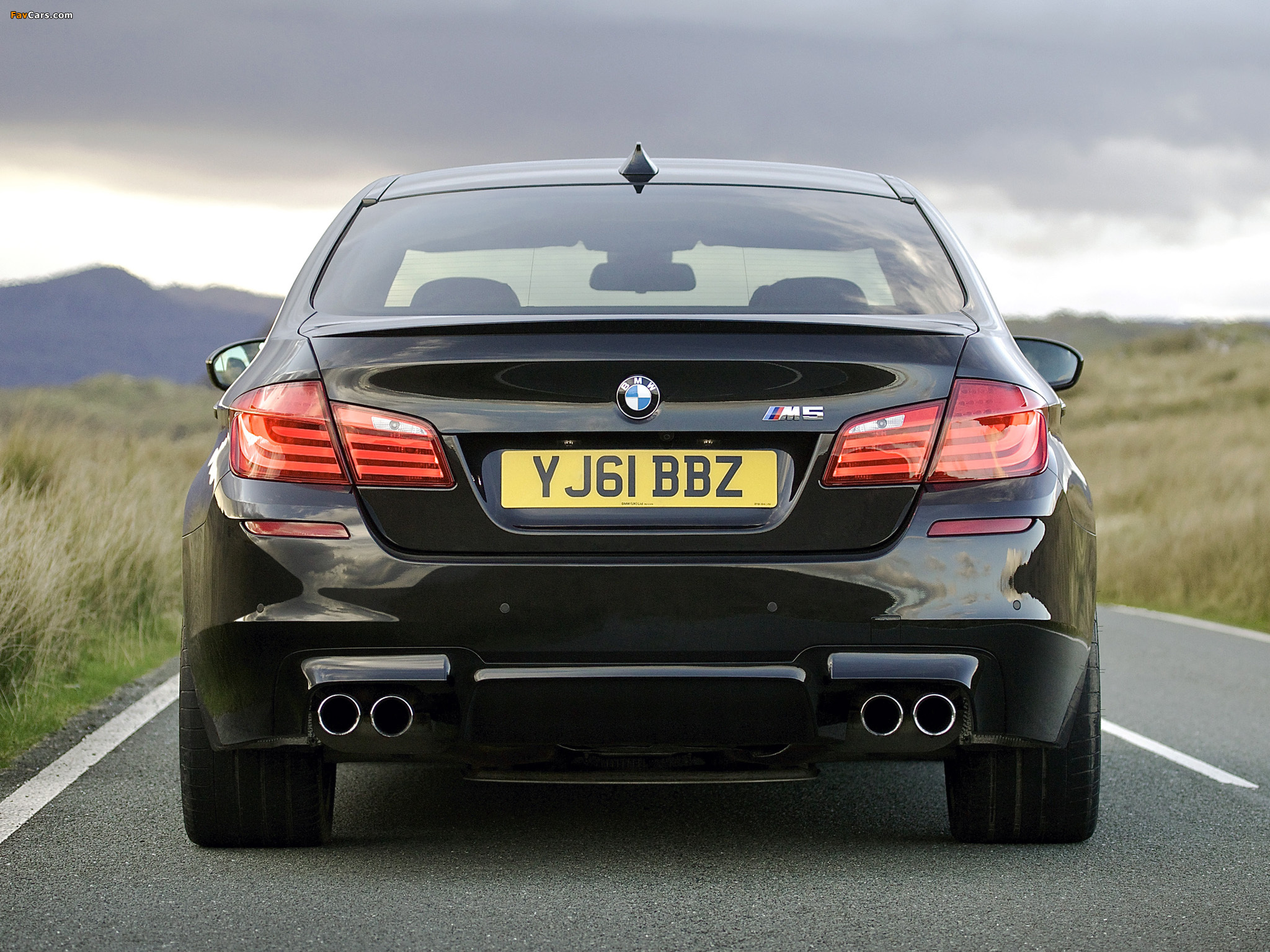 BMW M5 UK-spec (F10) 2011 wallpapers (2048x1536)