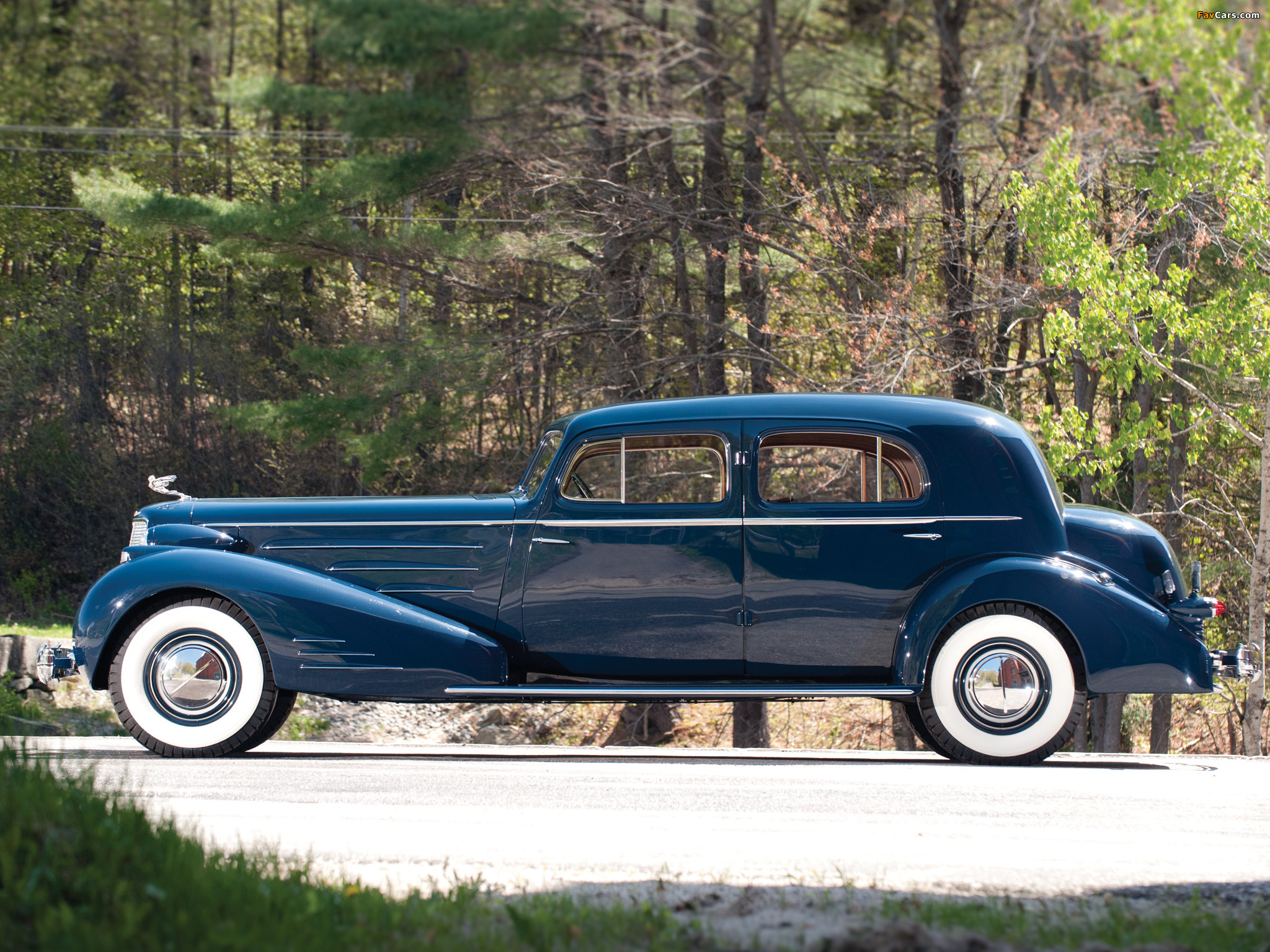 Images of Cadillac V16 Town Sedan by Fleetwood (5733S) 1936 (2048 x 1536)