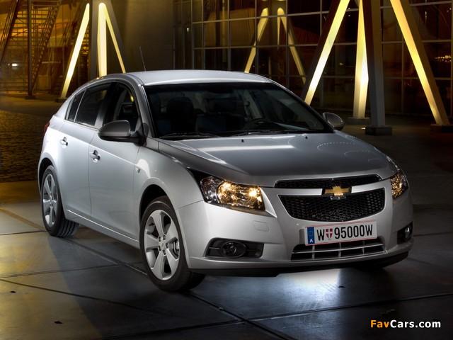 Chevrolet Cruze Hatchback (J300) 2011–12 images (640 x 480)