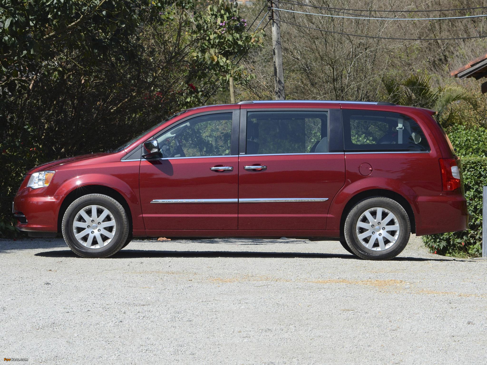 Photos of Chrysler Town & Country 2010 (2048 x 1536)