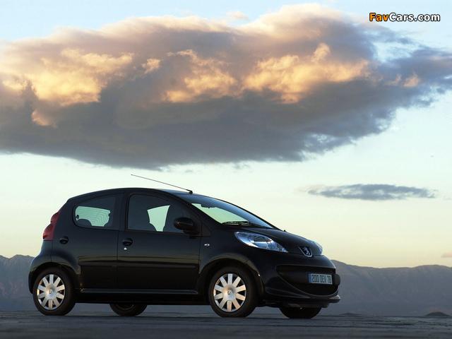 Photos of Peugeot 107 5-door 2005–08 (640 x 480)