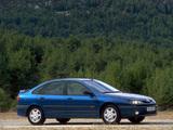 Images of Renault Laguna Hatchback 1998–2000