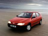 Renault Megane Hatchback UK-spec 1995–99 photos