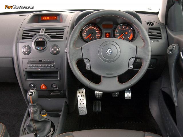 Renault Megane RS 3-door ZA-spec 2004–06 photos (640 x 480)
