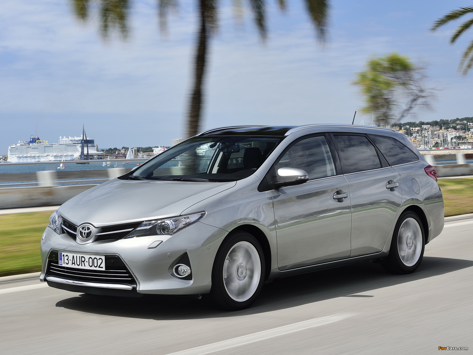 Toyota Auris Touring Sports 2013 wallpapers (1600 x 1200)