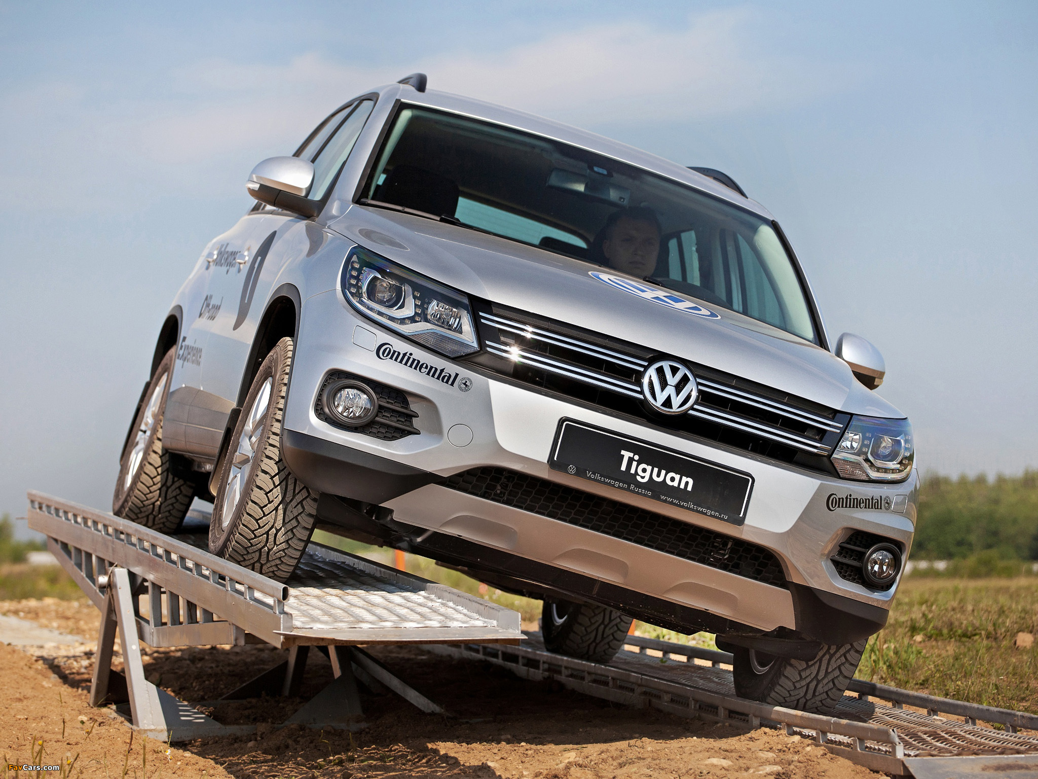 Images of Volkswagen Tiguan Track & Style 2011 (2048 x 1536)